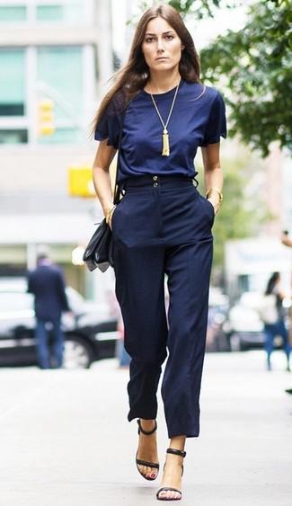 Comment porter: t-shirt à col rond bleu marine, pantalon large bleu marine, sandales à talons en cuir noires, sac bandoulière en cuir noir