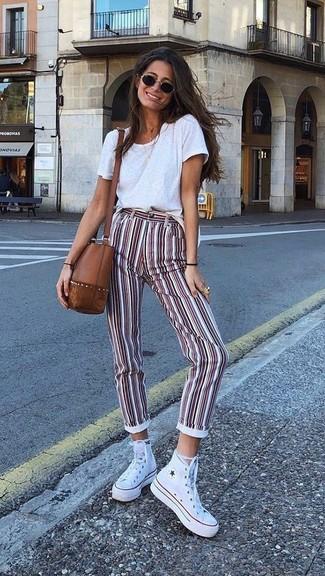 Comment porter: t-shirt à col rond blanc, pantalon slim à rayures verticales blanc et rouge, baskets montantes en toile blanches, sac bandoulière en cuir marron