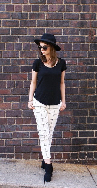 Ce combo d'un t-shirt à col rond noir et d'un pantalon slim à carreaux blanc et noir te permettra de garder un style propre et simple en dehors des horaires de bureau. D'une humeur créatrice? Assortis ta tenue avec une paire de des bottines en daim noires.