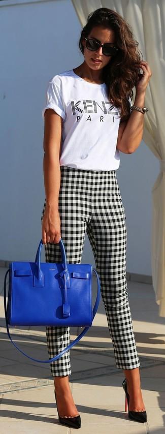 Comment porter: t-shirt à col rond imprimé blanc et noir, pantalon slim en vichy noir et blanc, escarpins en cuir noirs, sac fourre-tout en cuir bleu