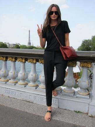 Comment porter: t-shirt à col rond noir, pantalon slim noir, tongs en cuir noires, sac bandoulière en cuir bordeaux
