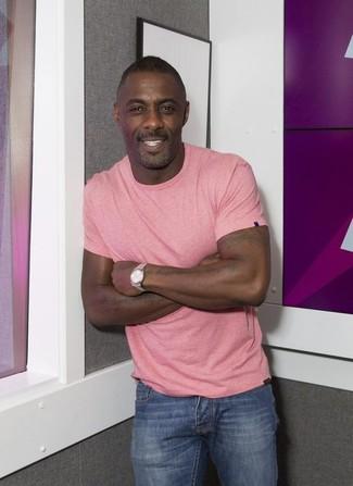 Tenue de Idris Elba: T-shirt à col rond rose, Jean bleu, Montre argentée