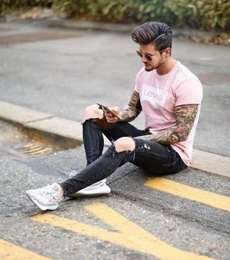 Comment porter un jean déchiré gris foncé: Pense à associer un t-shirt à col rond imprimé rose avec un jean déchiré gris foncé pour un look confortable et décontracté. Une paire de des chaussures de sport grises est une option avisé pour complèter cette tenue.