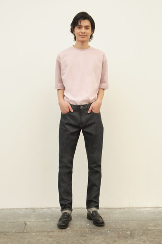 Tendances mode hommes: Choisis un t-shirt à col rond rose et un jean gris foncé pour un déjeuner le dimanche entre amis. Jouez la carte classique pour les chaussures et fais d'une paire de slippers en cuir noirs ton choix de souliers.