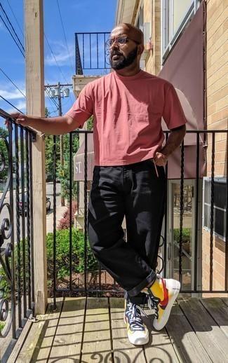 Comment s'habiller après 40 ans quand il fait très chaud: Pour créer une tenue idéale pour un déjeuner entre amis le week-end, pense à porter un t-shirt à col rond rose et un jean noir. Mélange les styles en portant une paire de baskets montantes en cuir multicolores.