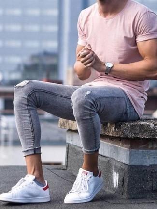 Comment porter: t-shirt à col rond rose, jean skinny déchiré gris, baskets basses en cuir blanches, montre en cuir grise