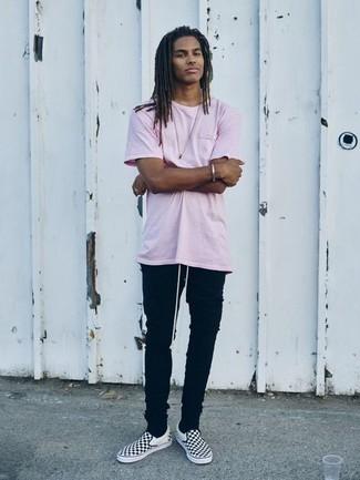 Comment porter un jean skinny noir: Essaie de marier un t-shirt à col rond rose avec un jean skinny noir pour un look idéal le week-end. Habille ta tenue avec une paire de des baskets à enfiler en toile à carreaux noires et blanches.