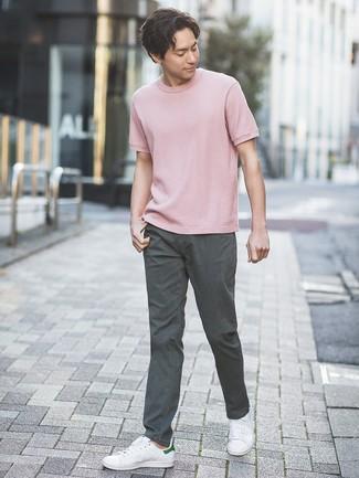 Tenue: T-shirt à col rond rose, Pantalon chino gris foncé, Baskets basses en cuir blanches