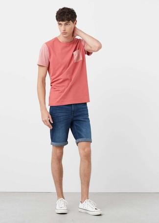 Comment porter: t-shirt à col rond rose, short en denim bleu, baskets basses en toile blanches
