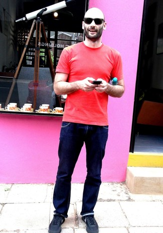 Comment porter: t-shirt à col rond rouge, jean bleu marine, chaussures de sport noires, lunettes de soleil noires