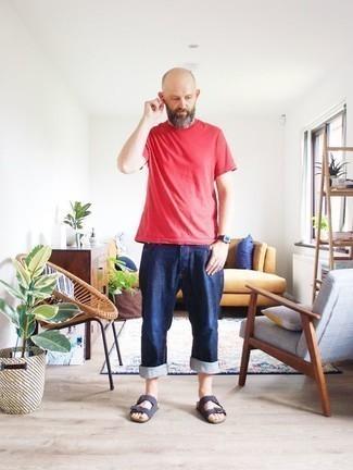 Comment porter un t-shirt à col rond rouge: Essaie de marier un t-shirt à col rond rouge avec un jean bleu marine pour un look de tous les jours facile à porter. Tu veux y aller doucement avec les chaussures? Assortis cette tenue avec une paire de des sandales en daim bleu marine pour la journée.