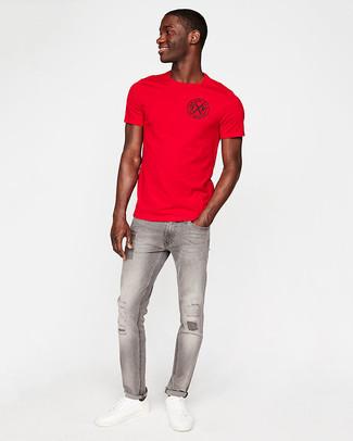 Opte pour le confort dans un t-shirt à col rond rouge et un jean skinny déchiré gris. Rehausse cet ensemble avec une paire de des baskets basses en cuir blanches.