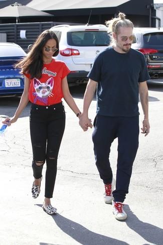 Comment porter: t-shirt à col rond imprimé rouge, jean skinny déchiré noir, slippers en poils de veau imprimés léopard blancs, lunettes de soleil marron