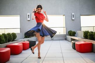 Comment porter: t-shirt à col rond rouge, jupe patineuse bleu marine, sandales compensées en cuir noires
