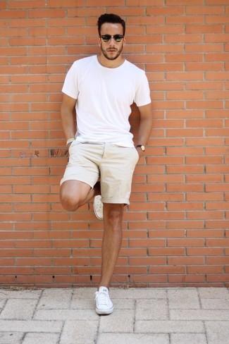 Comment porter: t-shirt à col rond blanc, short beige, baskets basses en toile blanches, lunettes de soleil noires