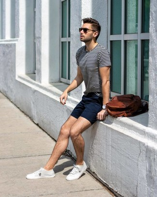 Comment porter: t-shirt à col rond à rayures horizontales blanc et bleu marine, short bleu marine, baskets basses en toile blanches, sac à dos en cuir marron