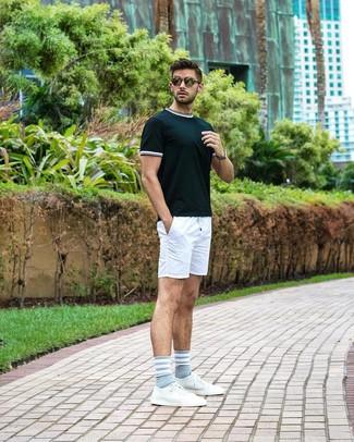 Comment porter: t-shirt à col rond vert foncé, short blanc, baskets basses en cuir blanches, lunettes de soleil olive