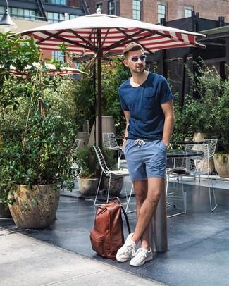 Comment porter: t-shirt à col rond bleu marine, short bleu, baskets basses blanches, sac à dos en cuir marron