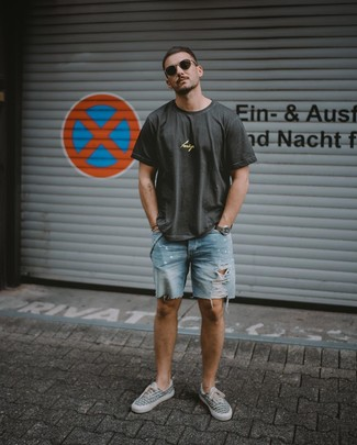 Comment porter: t-shirt à col rond imprimé gris foncé, short en denim déchiré bleu clair, baskets basses en toile imprimées grises, lunettes de soleil marron foncé