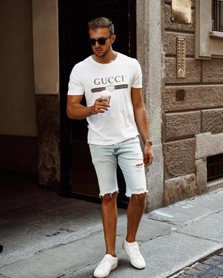 Comment porter un t-shirt à col rond imprimé blanc: Essaie de marier un t-shirt à col rond imprimé blanc avec un short en denim déchiré bleu clair pour une tenue idéale le week-end. Une paire de des baskets basses en cuir blanches apportera une esthétique classique à l'ensemble.