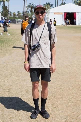 Comment porter des lunettes de soleil marron à l'adolescence: Pense à opter pour un t-shirt à col rond gris et des lunettes de soleil marron pour une tenue idéale le week-end. Jouez la carte classique pour les chaussures et complète cet ensemble avec une paire de des baskets basses en toile noires.