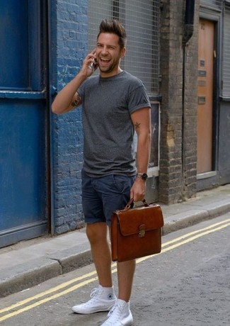 Comment porter: t-shirt à col rond gris foncé, short bleu marine, baskets montantes en toile blanches, serviette en cuir marron