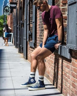 Comment porter: t-shirt à col rond bordeaux, short bleu marine, baskets montantes en toile bleu marine, lunettes de soleil noires