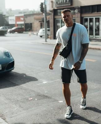 Comment s'habiller à 20 ans: Pour une tenue de tous les jours pleine de caractère et de personnalité marie un t-shirt à col rond blanc avec un short en denim noir. Pour les chaussures, fais un choix décontracté avec une paire de des baskets montantes en toile noires et blanches.