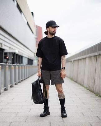 Comment porter un sac à dos en cuir noir: Associe un t-shirt à col rond noir avec un sac à dos en cuir noir pour un look confortable et décontracté. Assortis cette tenue avec une paire de des baskets montantes en cuir noires pour afficher ton expertise vestimentaire.