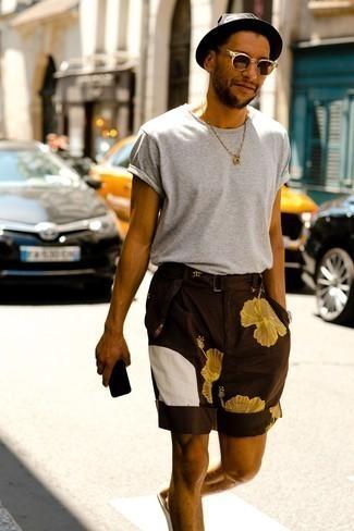 Tendances mode hommes: Choisis un t-shirt à col rond gris et un short à fleurs marron foncé pour un look idéal le week-end.