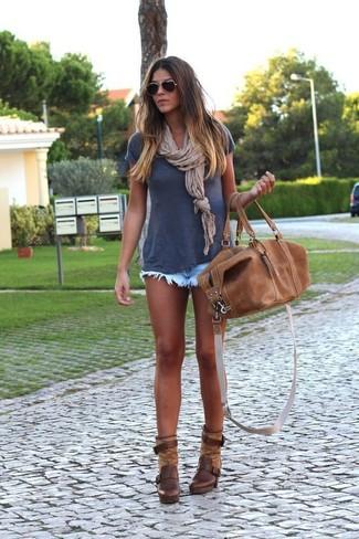 Comment porter: t-shirt à col rond bleu marine, short en denim bleu clair, bottines en cuir marron foncé, grand sac en cuir marron