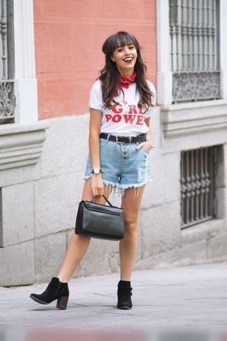 Comment porter: t-shirt à col rond imprimé blanc et rouge, short en denim bleu clair, bottines en daim noires, cartable en cuir noir