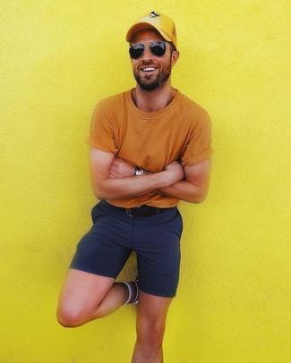 Comment porter: t-shirt à col rond orange, short bleu marine, casquette de base-ball jaune, ceinture en cuir noire