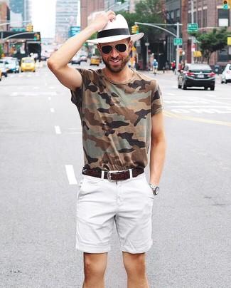 Comment porter un t-shirt à col rond camouflage olive: Pense à associer un t-shirt à col rond camouflage olive avec un short blanc pour une tenue idéale le week-end.