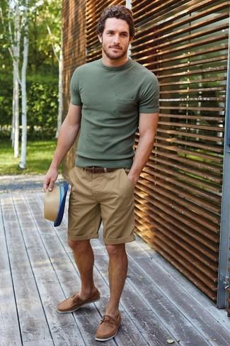 Comment porter: t-shirt à col rond olive, short marron clair, chaussures bateau en cuir marron clair, chapeau de paille marron clair