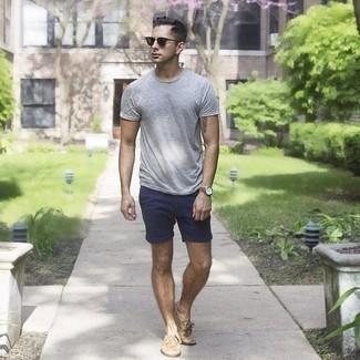 Comment s'habiller en été: Pense à opter pour un t-shirt à col rond gris et un short bleu marine pour une tenue confortable aussi composée avec goût. Jouez la carte classique pour les chaussures et fais d'une paire de chaussures bateau en cuir marron clair ton choix de souliers. C'est une tenue sublime pour être fin prête pour cet été.