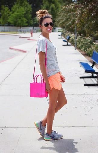 Comment porter: t-shirt à col rond imprimé gris, short orange, chaussures de sport grises, sac bandoulière en cuir fuchsia