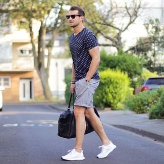 Comment porter: t-shirt à col rond á pois bleu marine, short gris, chaussures de sport blanches, fourre-tout en cuir noir