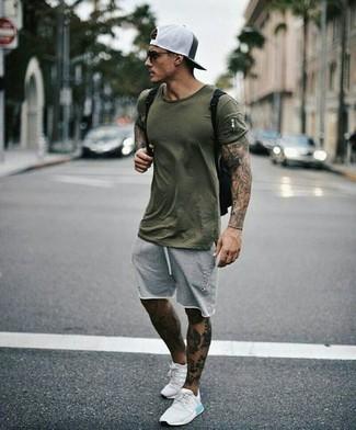 Comment porter: t-shirt à col rond olive, short gris, chaussures de sport blanches, sac à dos en toile noir