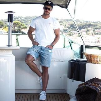 Comment porter: t-shirt à col rond blanc, short en denim déchiré bleu clair, chaussures de sport bleu clair, casquette de base-ball imprimée noire et blanche