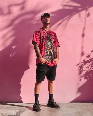 Comment porter: t-shirt à col rond imprimé fuchsia, short en denim déchiré noir, chaussures de sport noires, casquette de base-ball imprimée noire et blanche