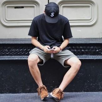Comment porter un t-shirt à col rond bleu marine: Pour une tenue de tous les jours pleine de caractère et de personnalité essaie d'associer un t-shirt à col rond bleu marine avec un short gris. D'une humeur créatrice? Assortis ta tenue avec une paire de des chaussures de sport marron.