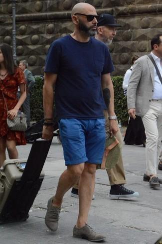 Tendances mode hommes: Pense à opter pour un t-shirt à col rond bleu marine et un short bleu pour un look de tous les jours facile à porter. Une paire de des chaussures derby en daim grises apportera une esthétique classique à l'ensemble.