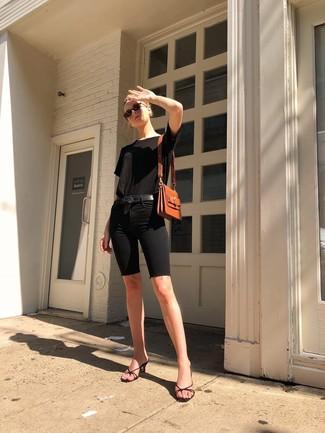 Comment porter: t-shirt à col rond noir, short cycliste en denim noir, mules en cuir noires, cartable en cuir tabac