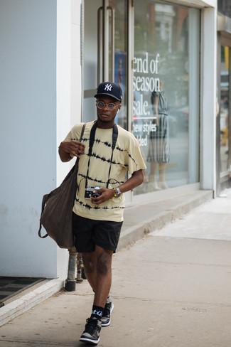 Comment porter: t-shirt à col rond imprimé tie-dye jaune, short de running noir, baskets montantes en cuir noires, sac fourre-tout en toile marron foncé