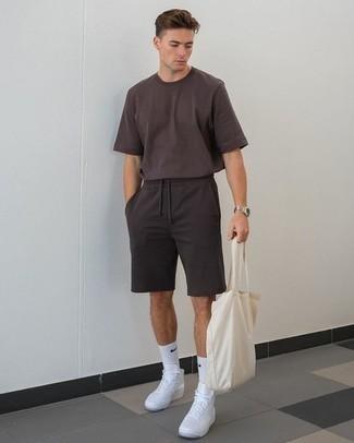 Comment s'habiller quand il fait très chaud: Pense à harmoniser un t-shirt à col rond marron foncé avec un short de running noir pour un look confortable et décontracté. Une paire de baskets montantes en toile blanches est une option génial pour complèter cette tenue.