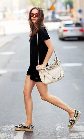 Comment porter: t-shirt à col rond noir, short en denim déchiré noir, espadrilles à rayures horizontales blanches et noires, sac bandoulière en cuir à clous beige