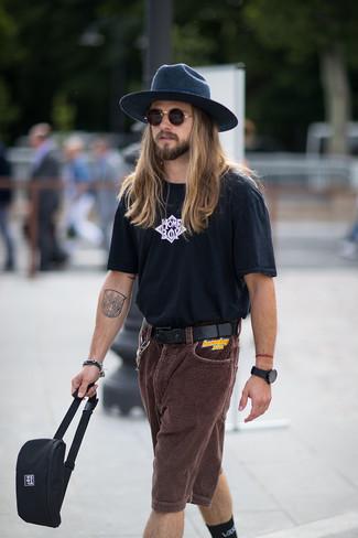 Comment porter: t-shirt à col rond imprimé noir et blanc, short en velours côtelé marron foncé, sac banane en toile noir, chapeau en laine bleu marine