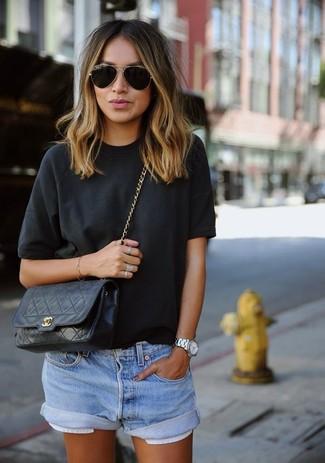 Comment porter: t-shirt à col rond noir, short en denim bleu clair, sac bandoulière en cuir matelassé noir, lunettes de soleil noir et doré