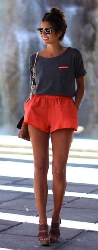 Comment porter: t-shirt à col rond gris foncé, short rouge, sandales compensées en cuir marron, sac bandoulière en cuir marron